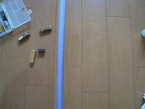 キズ補修の写真です。施工箇所の色に合わせ補修剤を使って傷を埋めます。